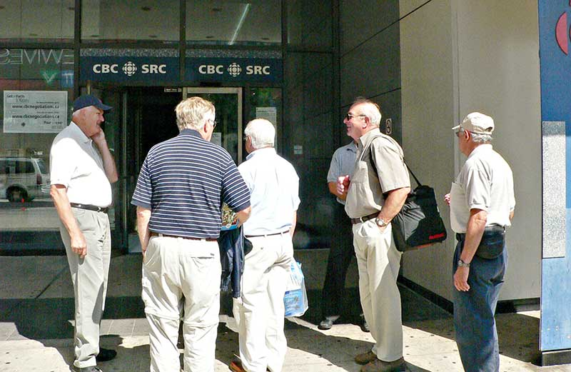 CBC managers and non-union staff spend their time waiting in line to enter the Toronto Broadcast Centre, August 28. 2005. (Robin Rowland/Northwest Coast Energy News)